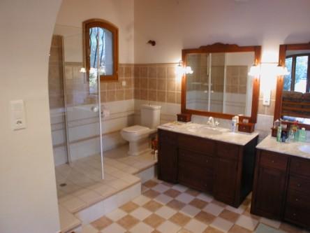 Vakantiewoning te huur in de provence beschrijving - Ouderlijke badkamer ...